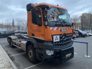 Mit Abbiegeassistent ausgestatteter LKW